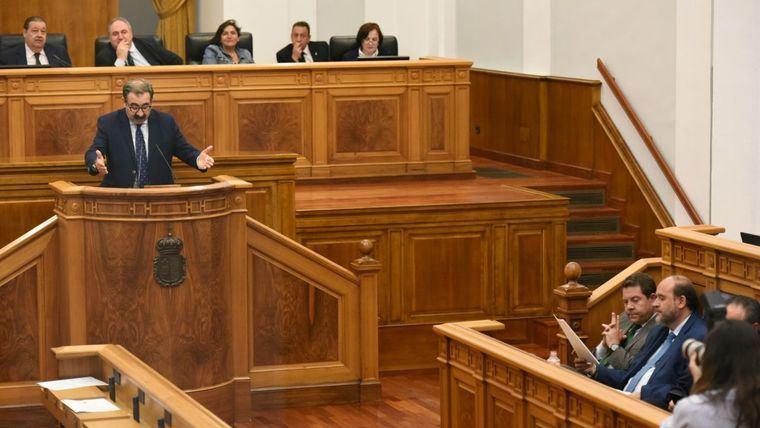 El presidente de la Junta vota en las Cortes contra la recuperación de la carrera profesional de los sanitarios de la región