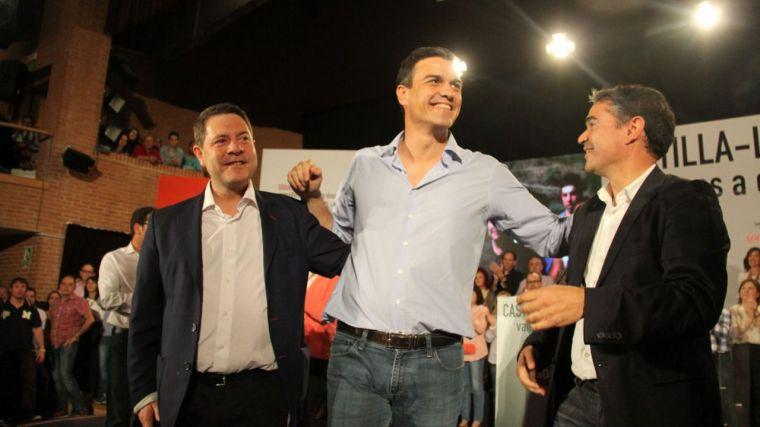 García-Page, Pedro Sánchez y Manuel González Ramos en un acto público del partido celebrado en Albacete durante la campaña electoral de 2015.