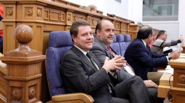 En primer plano, el presidente García-Page, el vicepresidente del gobierno regional y el consejero de Sanidad. En segundo plano, el portavoz parlamentario de Podemos, David Llorente.