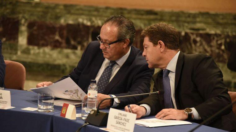 Emiliano García-Page y el consejero de Hacienda y Administraciones Públicas, Juan Alfonso Ruiz Molina, durante la reunión con los presidentes autonómicos en Zaragoza.