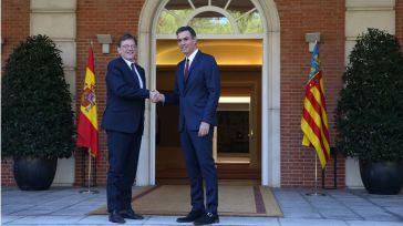 El presidente del Gobierno, Pedro Sánchez, saluda a Ximo Puig, presidente de la Generalitat Valenciana, a su llegada a La Moncloa.