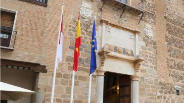 Banderas en la fachada del Palacio de Fuensalida.