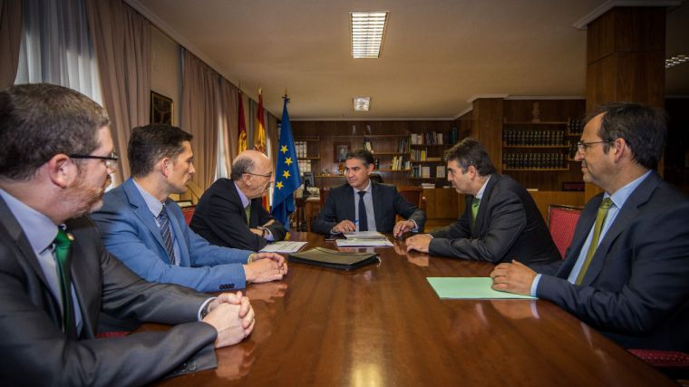 El delegado del Gobierno de España en Castilla-La Mancha recibe a los representantes de Iberdrola en la Región