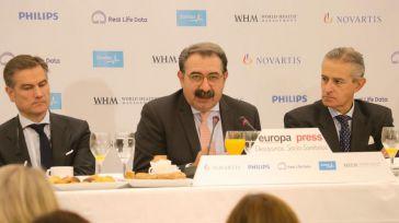 El consejero de Sanidad, en el centro, durante el desayuno de Europa Press.