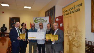 La editorial Cuarto Centenario entrega en la UCLM a la ONG Agua de Coco los beneficios de la venta del libro 'Conversaciones con un Baobab'