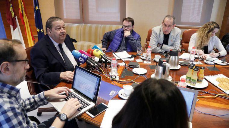 Jesús Fernández Vaquero junto a periodistas de la región, en el Desayuno informativo del presidente de las Cortes de Castilla-La Mancha.