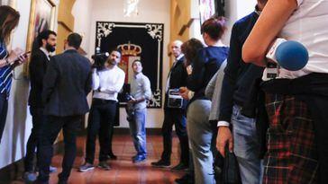 Periodistas aguardan en los pasillos de las Cortes de Castilla-La Mancha.