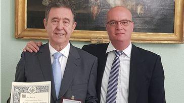 Francisco Calvo Cirujano y el Letrado Mayor, Nicolás Conde, con el título acreditativo de la condecoración.