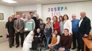 El presidente de la Diputación felicita en Alovera a Josefa Moratilla por su 100 cumpleaños