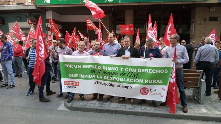 CCOO y UGT se manifiestan ante Asaja-Ciudad Real para exigir que todos los trabajadores del campo de la provincia cobren al menos el SMI
