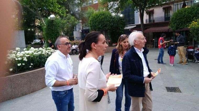 Albert Boadella participa en un paseo Ciudadano con Eva María Masías cabeza de lista a la Alcaldía de Ciudad Real
